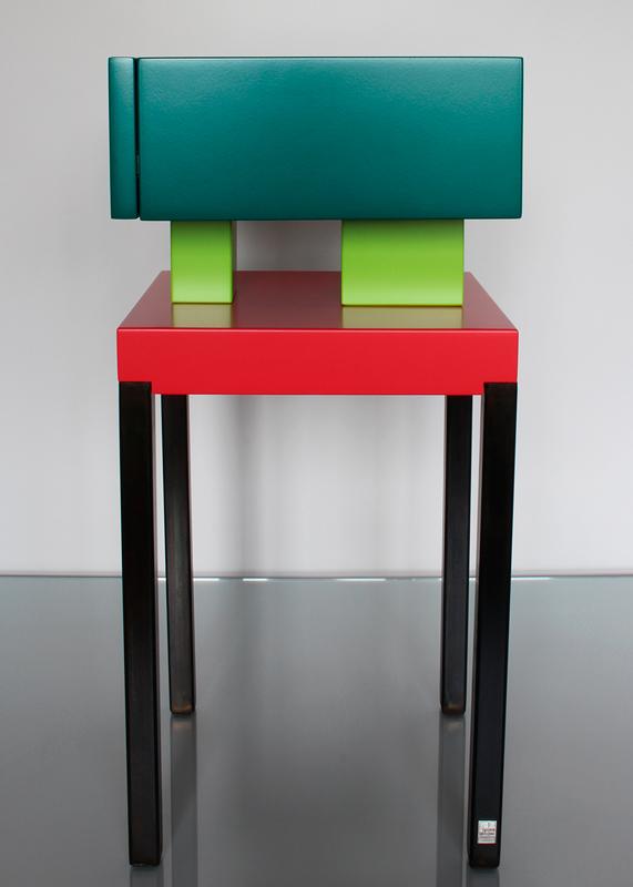 Table de chevet design laquée Pied-de-Grue. Laque et acier Mobilier contemporain Les-Pieds-Sur-la-Table-meubles-design-sur-mesure. Laque vert paon, pistache et rouge géranium. Profil