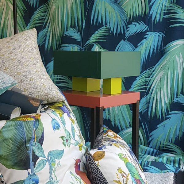 Chevet design contemporain Pied-de-Grue laqué exposé au showroom de décoration de Rueil-Malmaison Sikkens. Meubles contemporains Les Pieds Sur La Table, création et fabrication sur mesure française