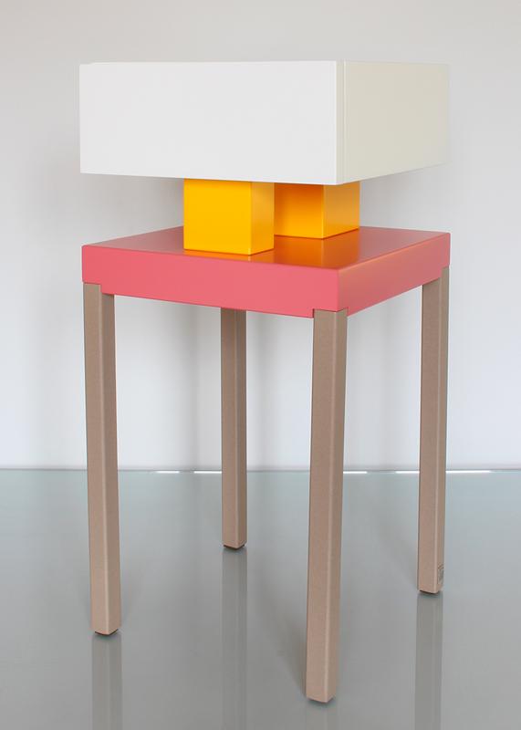 Table de chevet design Pied-de-Grue Les pieds sur la table