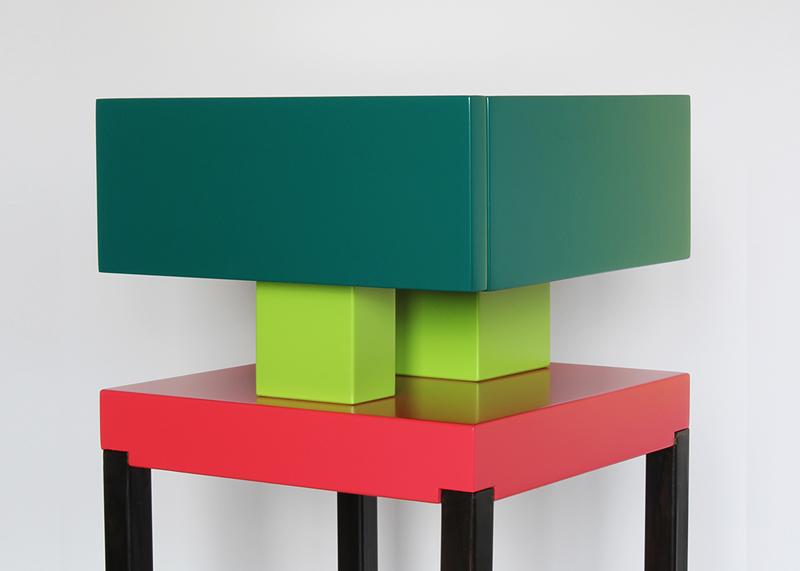 Table de chevet design laquée Pied-de-Grue. Laque et acier Mobilier contemporain Les-Pieds-Sur-la-Table-meubles-design-sur-mesure. Laque vert paon, pistache et rouge géranium. Détail