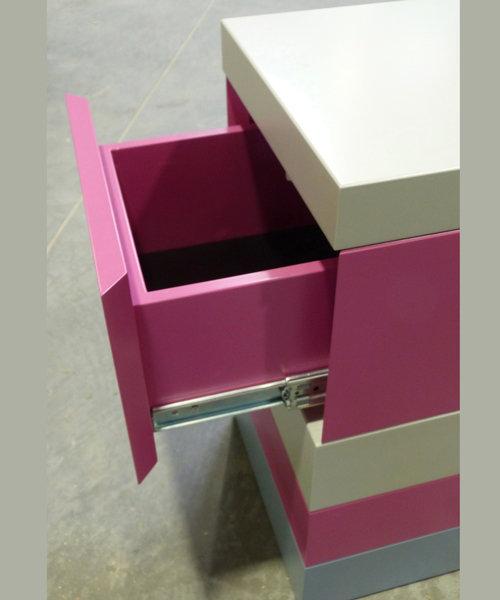 chevet laqué en couleurs avec tiroir De-bon-Pied mobilier Les Pieds Sur La Table modèle original détail