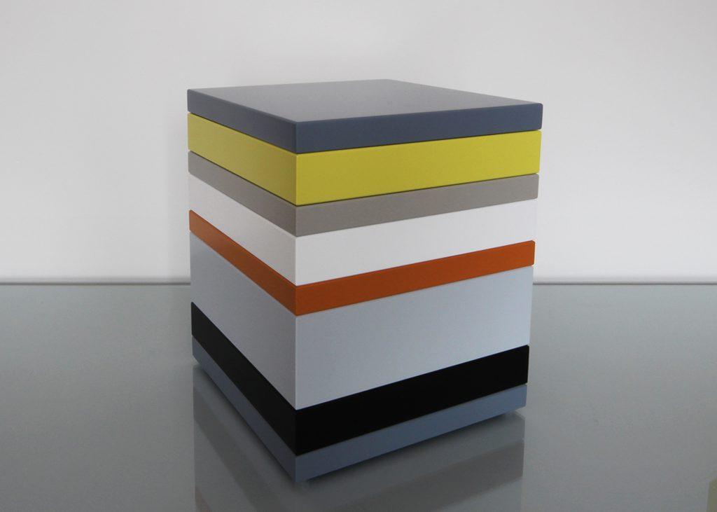 coffre de rangement laqué couleurs sur mesure jaune, orange pop gris béton blanc , design et fabrication mobilier Les Pieds Sur La Table, couvercle fermé