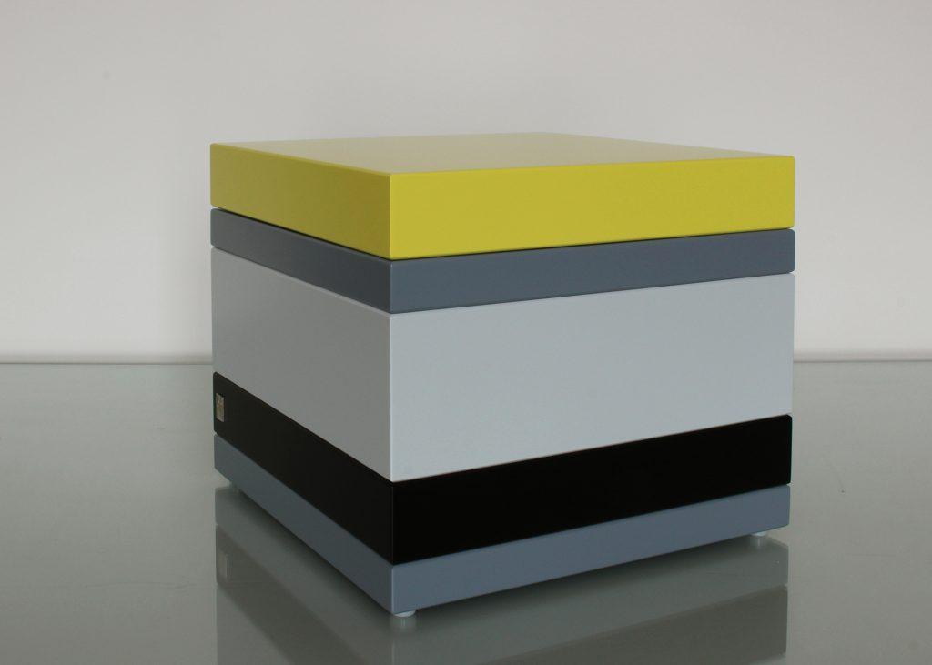 coffre de rangement laqué couleurs sur mesure orange pop gris béton blanc , design et fabrication mobilier Les Pieds Sur La Table, petit modèle couvercle fermé