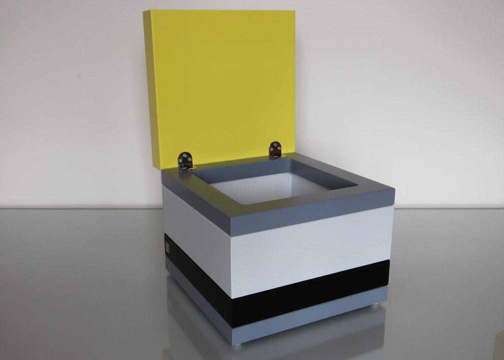 coffre de rangement laqué couleurs sur mesure orange pop gris béton blanc , design et fabrication mobilier Les Pieds Sur La Table, petit modèle