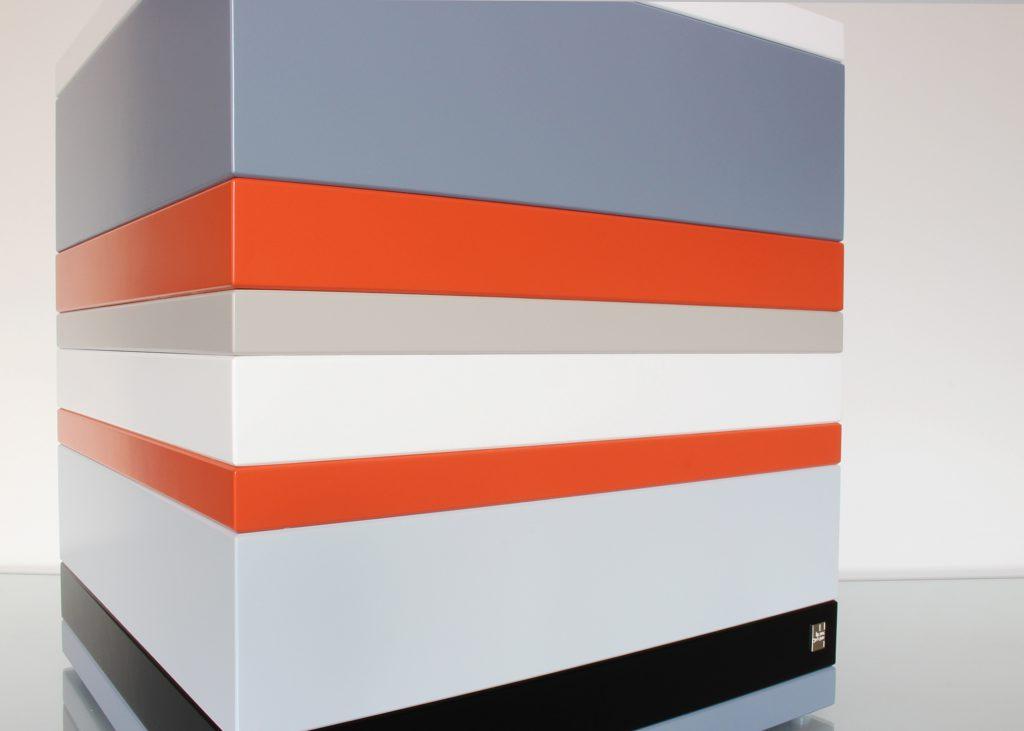 coffre de rangement laqué grand format couleurs sur mesure orange pop gris béton blanc , design et fabrication mobilier Les Pieds Sur La Table 2