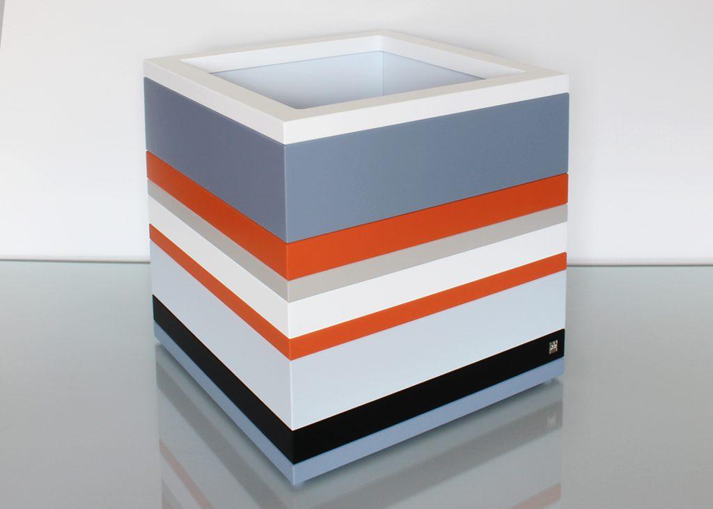 coffre de rangement laqué grand format couleurs sur mesure orange pop gris béton blanc , design et fabrication mobilier Les Pieds Sur La Table