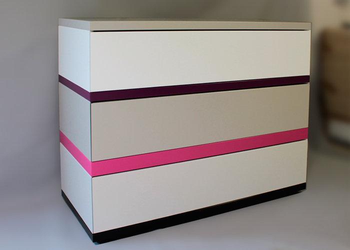 commode 3 tiroirs laquée beige blanc fuchsia 360 de Pied mobilier Les Pieds Sur La Table réalisation maison