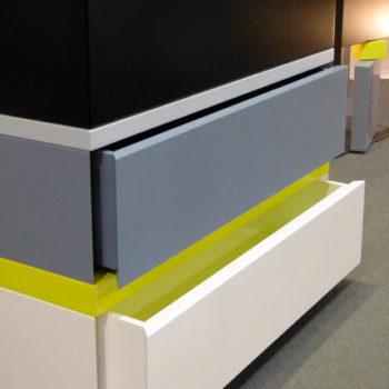 commode 3 tiroirs laquée gris blanc jaune 360 de Pied mobilier Les Pieds Sur La Table
