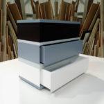 commode 3 tiroirs laquée gris blanc 360 de Pied mobilier Les Pieds Sur La Table modèle original