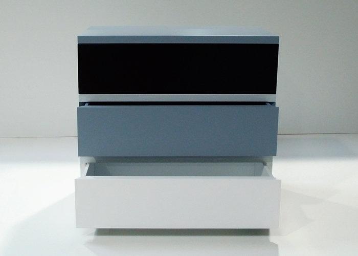 commode 3 tiroirs laquée gris blanc 360 de Pied mobilier Les Pieds Sur La Table vue face