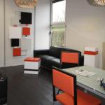 sculpture murale sur mesure verticale animée noir et orange Pas-Pied-Peint Mobilier Les Pieds Sur La Table