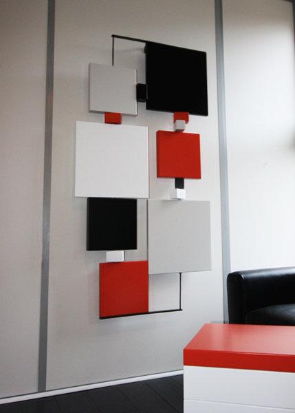 sculpture murale graphique animée verticale noir et orange Pas-Pied-Peint Mobilier Les Pieds Sur La Table