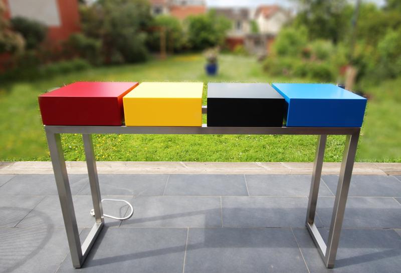 Console design connectée Plug&Pied créée et fabriquée sur mesure dans les ateliers de mobilier Les Pieds Sur La Table