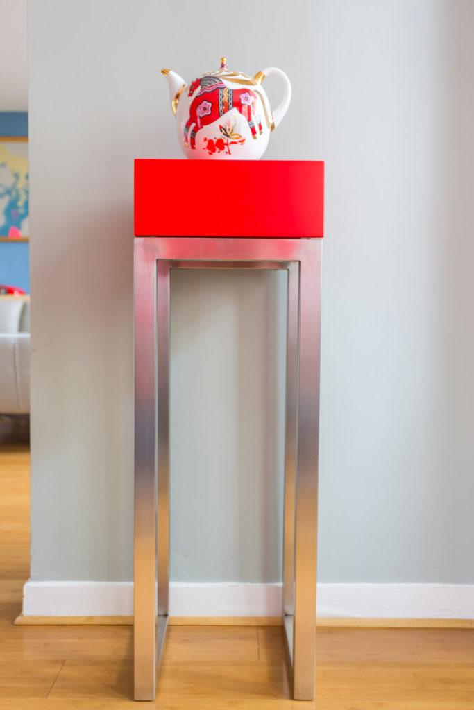 console connectée inox et cube rouge Plug and Pied mobilier Les Pieds Sur La Table réalisation maison