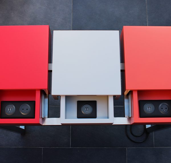 console connectée avec prises électriques intégrées Plug and Pied mobilier Les Pieds Sur La Table