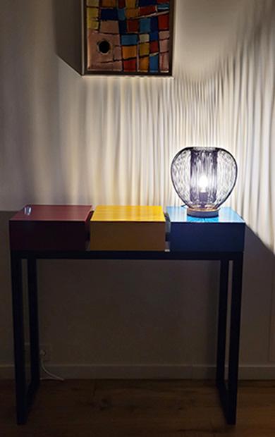 Console design connectée et en couleurs dans une lumière d'ambiance le soir.