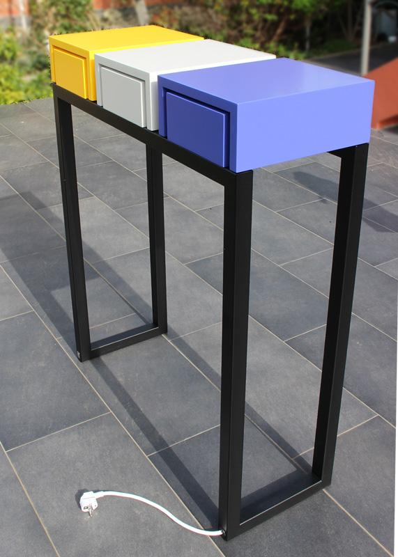 Vu de l'arrière de la console connectée avec 3 tiroirs équipés de prises électriques et USB. Console design en couleurs de printemps. Photo atelier Les Pieds Sur La Table meubles design sur mesure