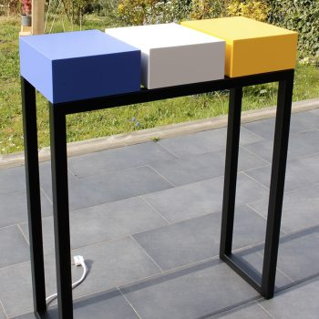 Console design en couleurs de printemps, en acier noir et bois laqué. Console connectée avec 3 tiroirs équipés de prises électriques et USB. Photo atelier Les Pieds Sur La Table meubles design sur mesure UNE