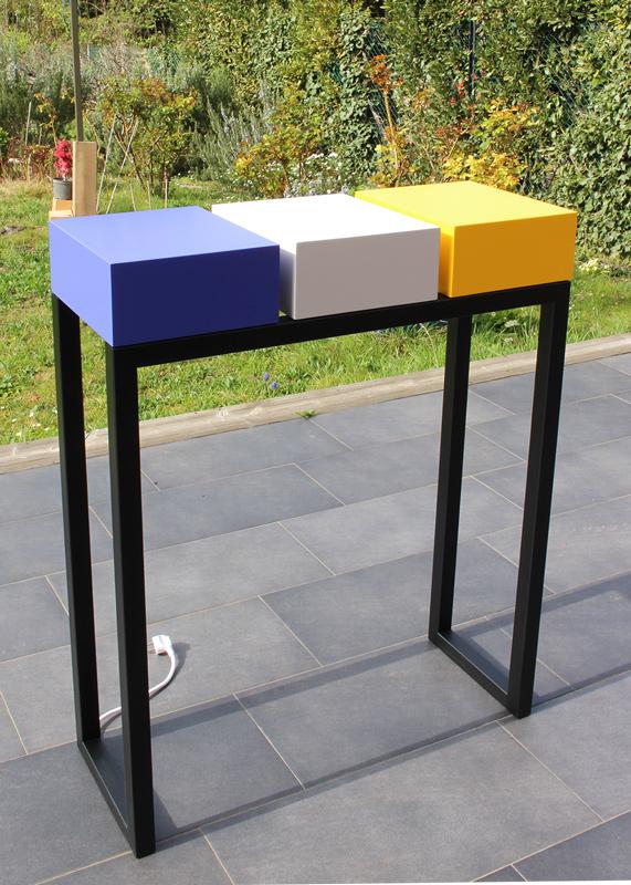 Console design en couleurs de printemps, en acier noir et bois laqué. Console connectée avec 3 tiroirs équipés de prises électriques et USB. Photo atelier Les Pieds Sur La Table meubles design sur mesure