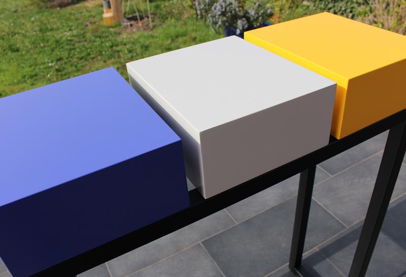 Console design en couleurs de printemps bleu indigo, beige parchemin, jaune soleil intense : laque contemporaine sur bois. Photo détail Les Pieds Sur La Table meubles design sur mesure