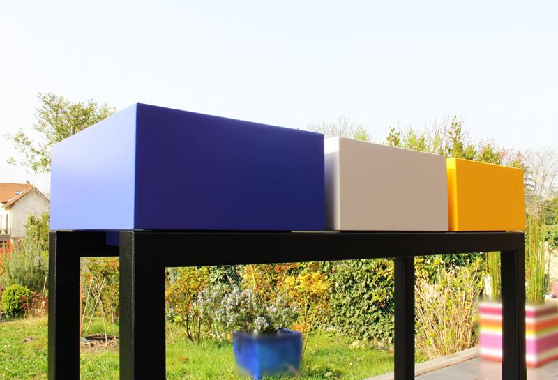 Console design en couleurs de printemps bleu indigo, beige parchemin, jaune soleil intense : laque contemporaine sur bois. Photo profil atelier Les Pieds Sur La Table meubles design sur mesure