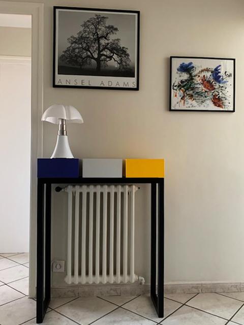 Console design sur mesure cache radiateur : en couleurs bleu indigo, beige parchemin, jaune soleil intense : laque contemporaine sur bois. Console cache radiateur. Création et fabrication Les Pieds Sur La Table meubles design