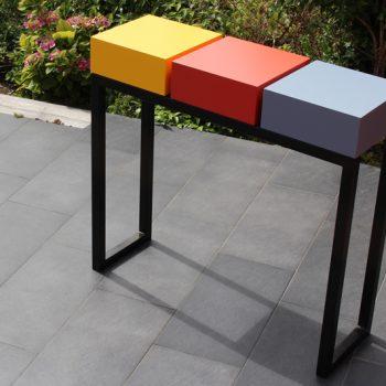 Console design sur-mesure pied en acier noir et cubes tiroirs laqués en couleurs Console avec 3 tiroirs. Mobilier Les Pieds Sur La Table créateur et fabricant de meubles contemporains design sur mesure. Photo devant l'atelier
