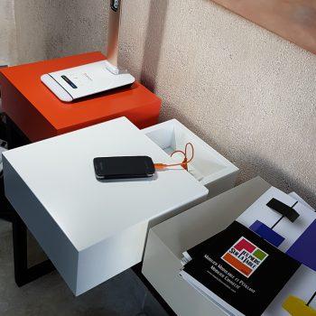 Console design et connectée avec 3 cubes équipés d'un double port USB et d'une prise électrique standard. Plug and Pied la console qui recharge les smartphones, est choisie par la maison numerique-connectée normande. Création mobilier Les Pieds Sur la Table meubles modernes sur-mesure