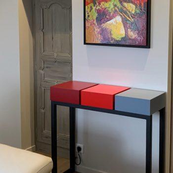 Console design connectée avec tiroirs et couleurs sur mesure. Création et fabrication par Les Pieds Sur La Table meubles contemporains pour une maison particulière.