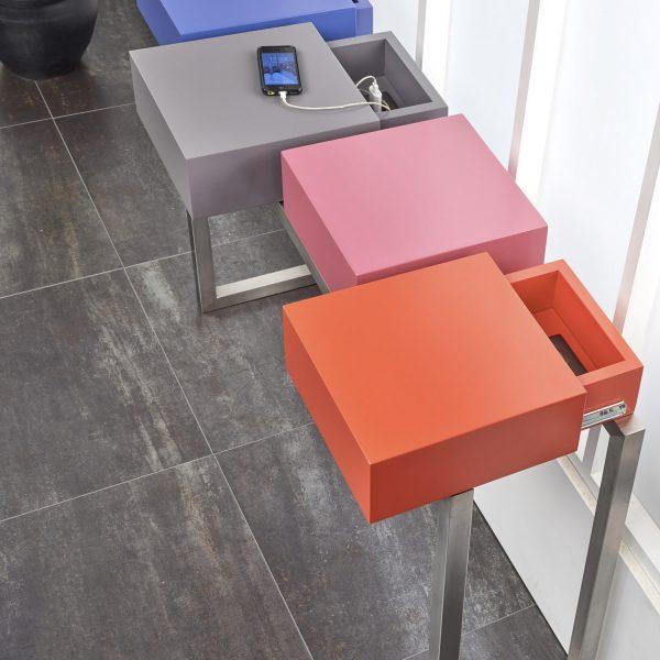 console connectée design sur mesure PLug&Pied, pied en inox brossé, 4 cubes laqués aux couleurs pétillantes et des prises électriques intégrées , Mobilier Les Pieds Sur La Table
