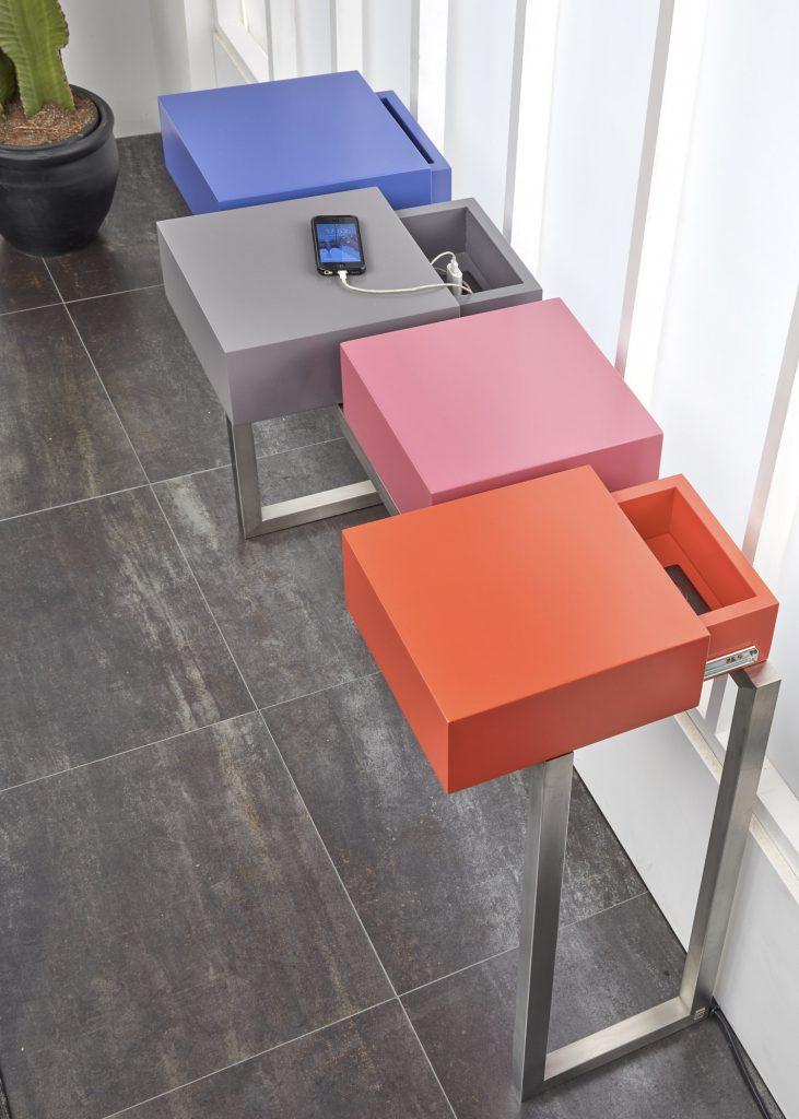 console connectée design sur mesure PLug&Pied, pied en inox brossé, 4 cubes laqués aux couleurs pétillantes et des prises électriques intégrées, détail , Mobilier Les Pieds Sur La Table