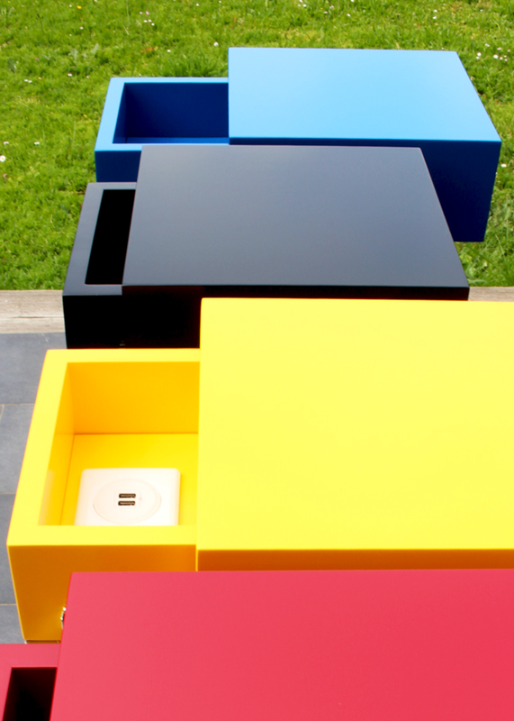 Console design connectée Plug&Pied avec 4 cubes tiroir connectés pour recharger smartphones et tablettes. Fabrication atelier de mobilier Les Pieds Sur La Table