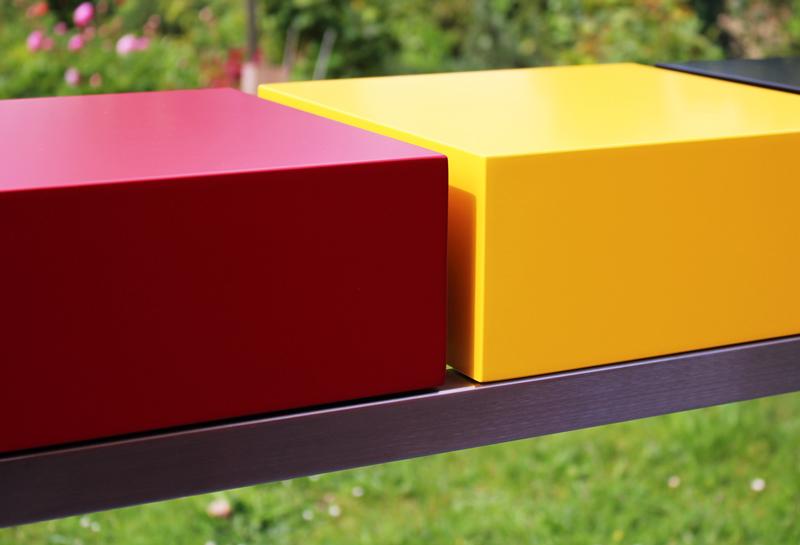 Console design connectée Plug&Pied créée et fabriquée sur mesure dans les ateliers de mobilier Les Pieds Sur La Table : détail de la laque