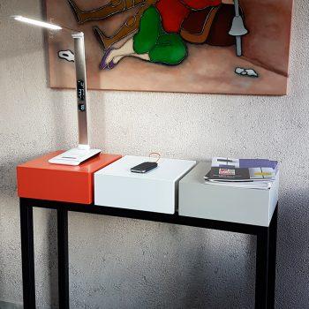 Console design et connectée avec 3 cubes équipés d'un double port USB. Plug and Pied la console qui recharge les smartphones, est choisie par la maison numerique-connectée normande. Création mobilier Les Pieds Sur la Table meubles modernes sur-mesure
