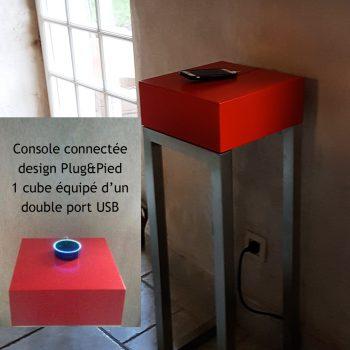 Console design et connectée avec 1 cube équipé d'un double port USB. Plug and Pied la console qui recharge les smartphones, est choisie par la maison numerique-connectée normande. Création mobilier Les Pieds Sur la Table meubles modernes sur-mesure