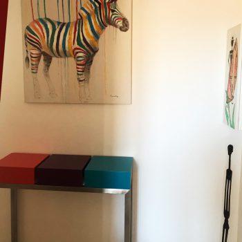 console design contemporaine sur mesure en inox et laque contemporaine couleurs forange pop, aubergine et turquoise. Console moderne Plug&Pied Mobilier design sur mesure Les Pieds Sur La Table Témognage client.
