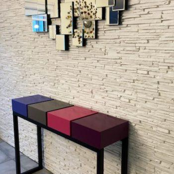 Console design en couleurs avec 4 tiroirs laqués, un pied en acier noir. Création et fabrication sur mesure par Les Pieds Sur La Table