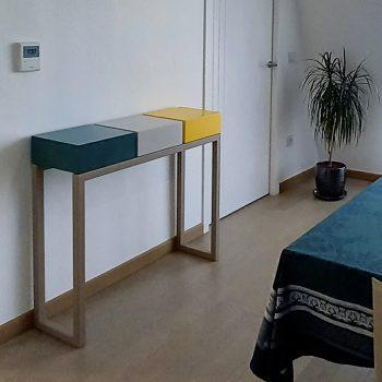 Console design sur mesure et en couleurs jaune soleil, vert, beige et pied doré. Design et fabrication française par Les Pieds Sur La Table mobilier Paris