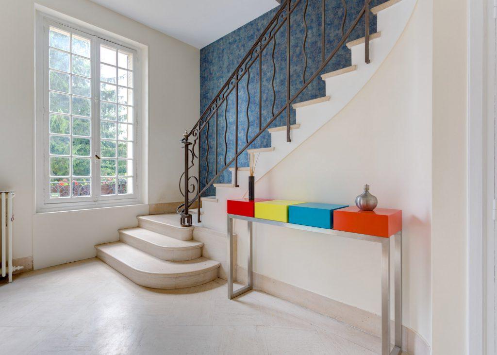 console moderne design sur mesure Pied-Estal avec 4 cubes aux couleurs pétillantes réalisée pour une maison particulière Mobilier Les Pieds Sur La Table hall entrée