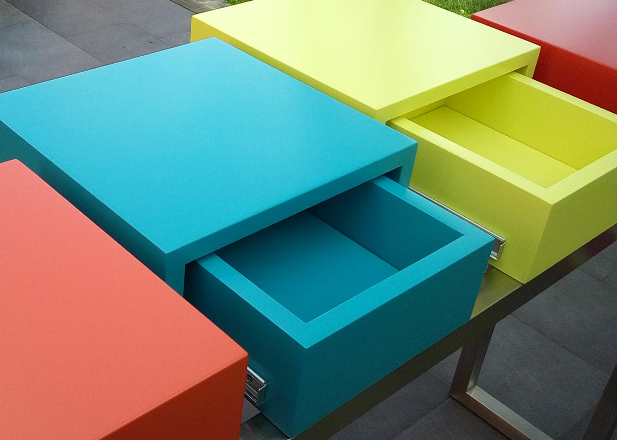 console connectée design sur mesure PLug&Pied, pied en inox brossé, 4 cubes laqués couleurs pétillantes, prises électriques intégrées , Mobilier Les Pieds Sur La Table