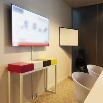 console connectée laque blanche et cubes couleurs vives Plug and Pied mobilier Les Pieds Sur La Table réalisation bureau entreprise
