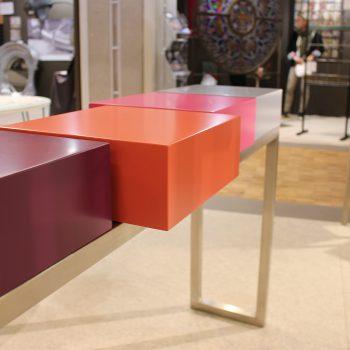 console moderne design sur mesure, structure en inox, cubes laqués. Console design Pied-Estal Mobilier design modulable Les Pieds Sur La Table-salon SIPC Paris
