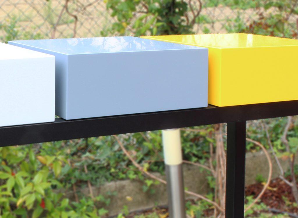 Console design sur-mesure pied en acier noir et cubes tiroirs laqués couleurs gris perle, gris béton et jaune soleil intense Mobilier Les PIeds Sur La Table créateur et fabricant de meubles contemporains design sur mesure Détail
