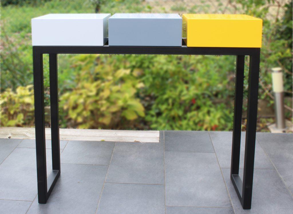 Console design sur-mesure pied en acier noir et cubes tiroirs laqués couleurs gris perle, gris béton et jaune soleil intense Mobilier Les PIeds Sur La Table créateur et fabricant de meubles contemporains design sur mesure