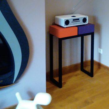 console moderne sur mesure avec 2 cubes laqués couleurs orange pop et aubergine, structure en acier noir. Console Pied-Estal réalisée pour une maison particulière, Mobilier design modulable Les Pieds Sur La Table