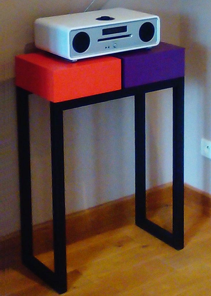 console moderne sur mesure avec 2 cubes laqués couleurs orange pop et aubergine, structure en acier noir. Console Pied-Estal réalisée pour une maison particulière, Mobilier design graphique Les Pieds Sur La Table