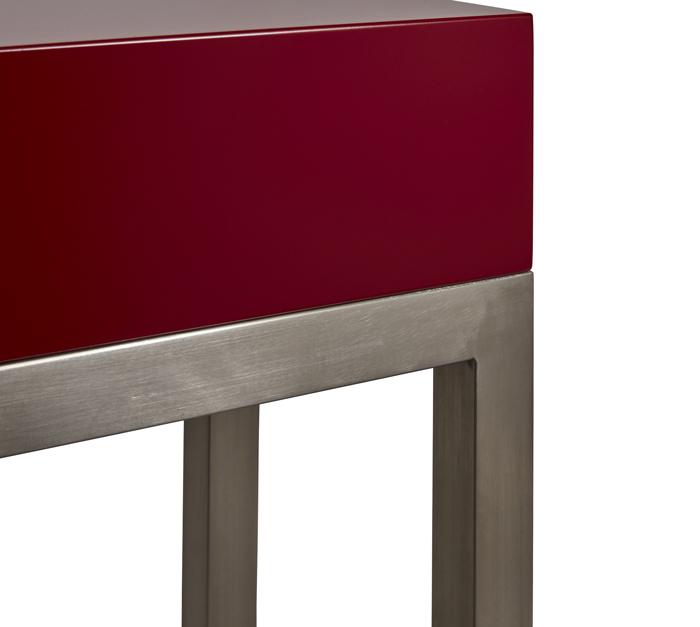 console design petit format Plug&Pied couleurs rouge piment. Pied inox brossé. Meubles Les Pieds Sur La Table détail