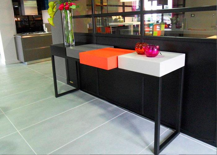 console design connect e plug pied mobilier les pieds sur la table. Black Bedroom Furniture Sets. Home Design Ideas