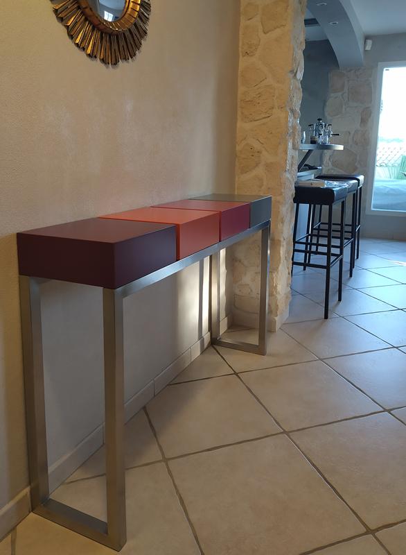 Console design sur mesure réalisée avec 2 tiroirs et 2 cubes fermés sur un pied en inox brossé. Création et fabrication par Les Pieds Sur La Table mobilier contemporain sur mesure pour une maison privée