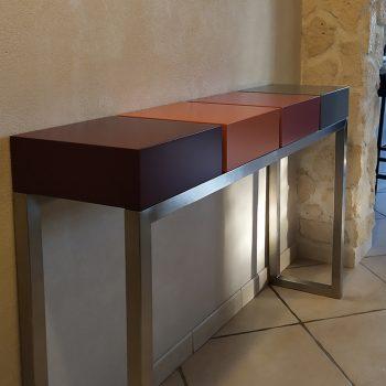 Console design sur mesure réalisée avec 2 tiroirs et 2 cubes fermés sur un pied en inox brossé. Création et fabrication par Les Pieds Sur La Table mobilier contemporain sur mesure pour un client privé
